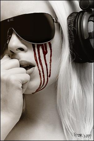 Фото Девушка в очках и наушниках, по лицу которой течет кровь (sistor 2007) (© bad luck), добавлено: 20.11.2011 15:28