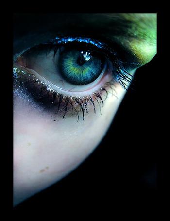 Фото Зелено-синий глаз девушки с разноцветными тенями на веках