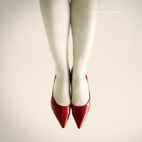 Фото Белые женские ноги в красных туфлях (Martin Stranka) (© Radieschen), добавлено: 21.11.2011 16:50
