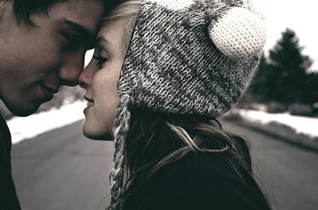 Фото Девушка прикоснулась к парню носом, смотрит ему в глаза