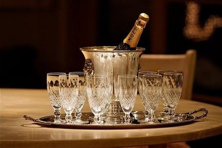 Фото Бутылка шампанского в ведре и бокалы (© Штушка), добавлено: 24.11.2011 03:06