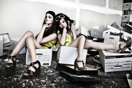 Фото Девушки сидящие в коробках