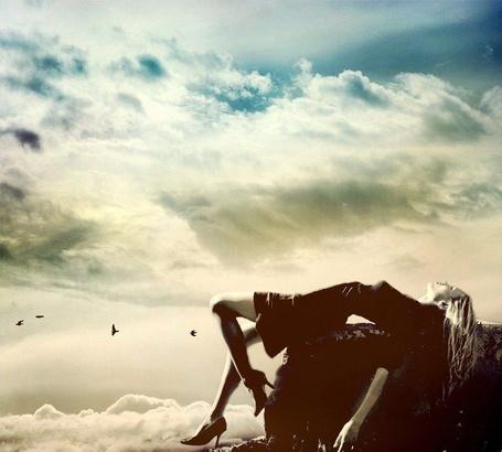 Фото Девушка лежит на камне смотря на пролетающих по небу птиц (© Флориссия), добавлено: 26.11.2011 12:54