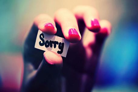 Фото Девушка с накрашенными розовым лаком ногтями держит кусочек бумажки с надписью Sorry в руке (© D.Phantom), добавлено: 29.11.2011 12:47