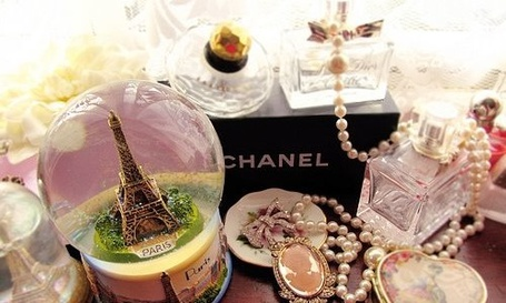 Фото Эйфелева башня: любовь, романтика, красота, нежность - духи Chanel, статуэтка Эйфелевой башни и драгоценности (© Anatol), добавлено: 29.11.2011 15:17
