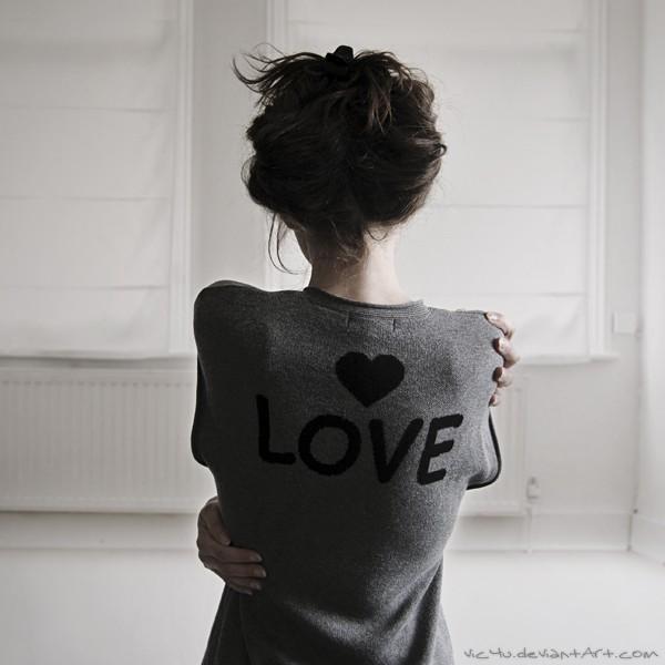 Фото На спине у девушки надпись (love) и сердечко (Работа Vic4U)