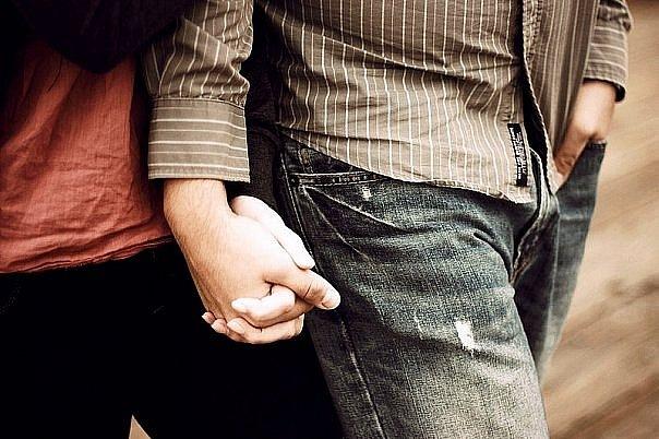 Парень и девушка держатся за руки картинка