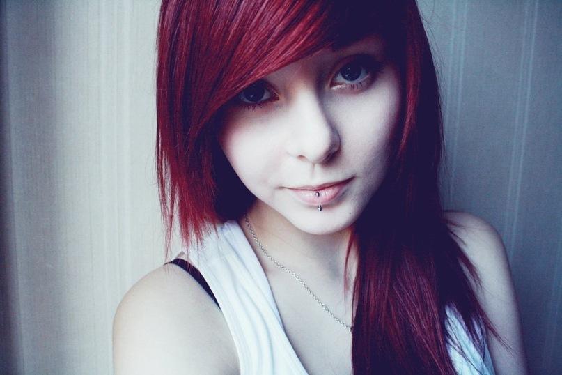 Фото девушка с красными волосами в