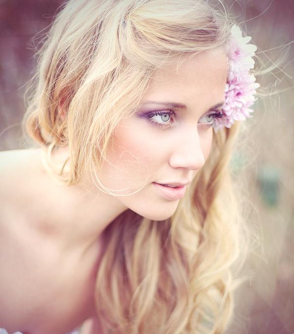 Фото блондинка с цветами в волосах