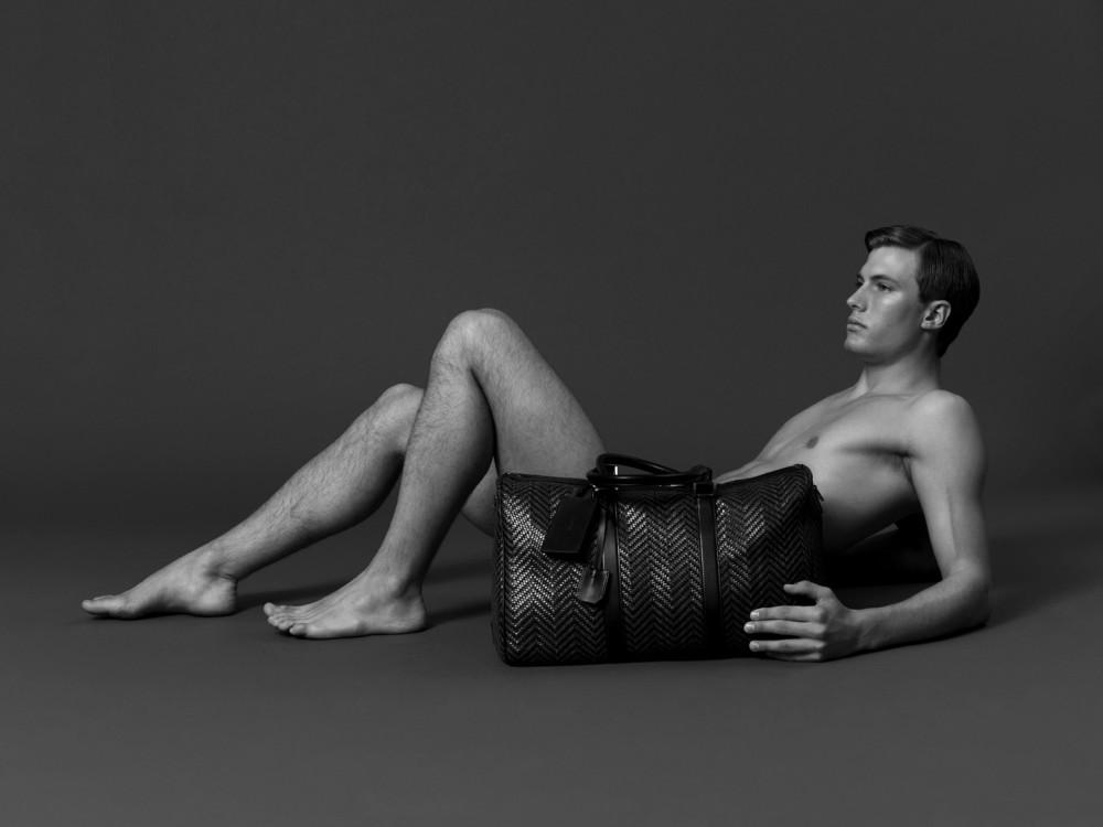 фото мужчина голый лежит