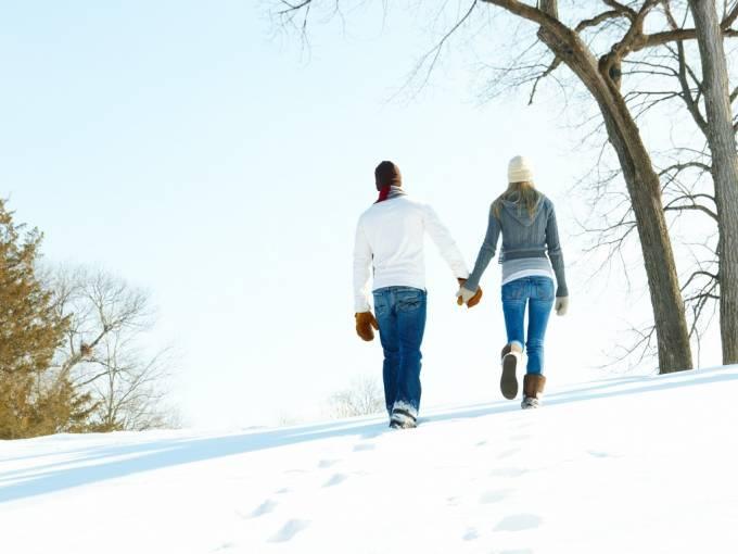 Фото Парень с девушкой, держась за руки идут по снегу