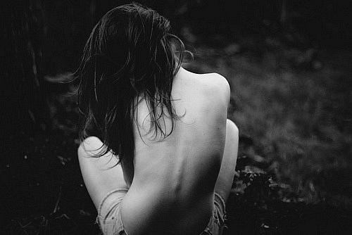 Фото Девушка сидит грустная с обнаженной спиной.