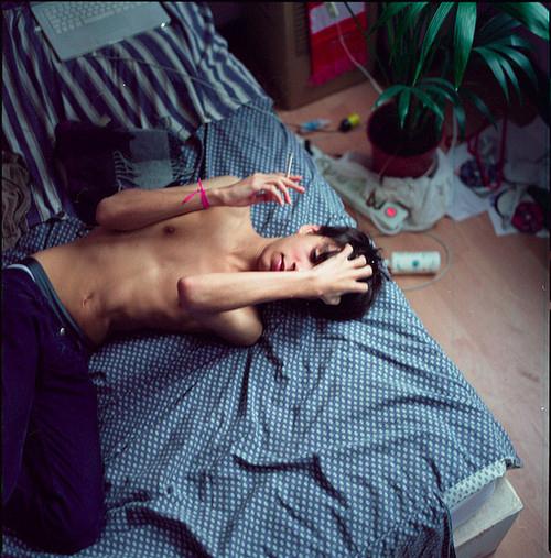 Фото Парень лежит на кровати; Добавлено: 29.12.2011 01:22:17 (Mary). Фото
