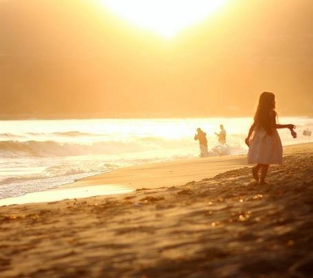 Фото Девочка идет по пляжу