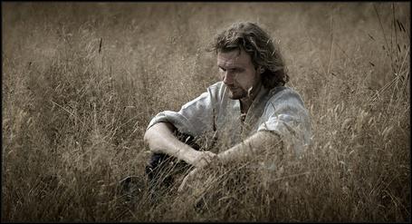 Фото Мужчина сидит в траве (© Morena), добавлено: 01.12.2011 13:09