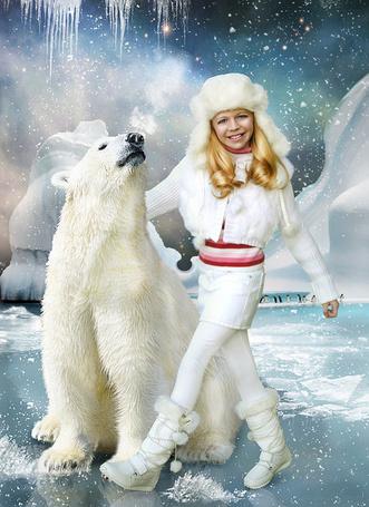 Фото Девушка обнимает белого медведя, на заднем плане стайка пингвинов  (Cindy Grundsten)