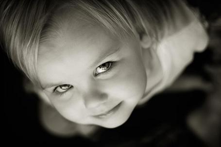 Фото Маленькая девочка подняла взгляд наверх