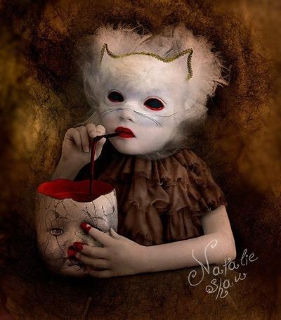Фото Девочка пьет кровь из головы куклы (Natalie Shau)