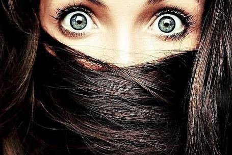 Фото Девушка широко раскрыла глаза, рот перевязан волосами
