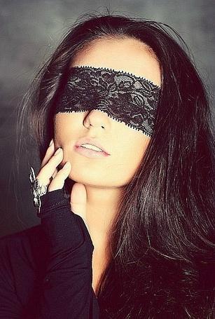 Фото Девушка с повязкой на глазах