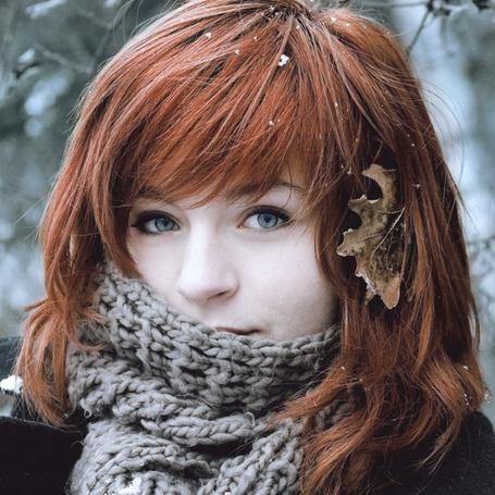 Фото Рыжая девушка укутанная шарфом и с листком в волосах
