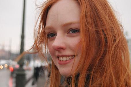 Фото Рыжая девушка улыбается