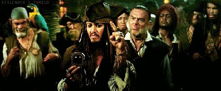 Фото Джек Воробей пытается выбрать курс с помощью своего компаса (кадр из фильма Пираты Карибского моря: Сундук мертвеца)