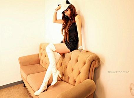 Фото Азиатка сидит на спинке дивана (© Юки-тян), добавлено: 03.12.2011 17:27