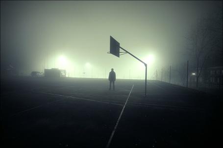 Фото Мужчина ночью на баскетбольной площадке