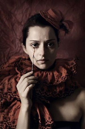 Фото Девушка, рисующая себе кровавую слезу