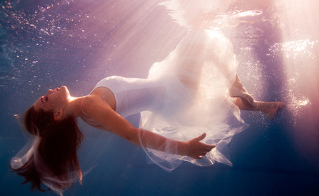 Фото Девушка в белом платье и пуантах под водой