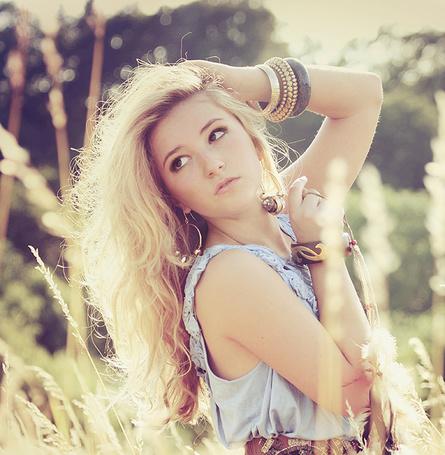 Фото Блондинка в поле приложила руку к волосам (© TARAKLIA), добавлено: 04.12.2011 15:45