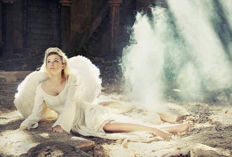 Фото Девушка ангел упала на землю