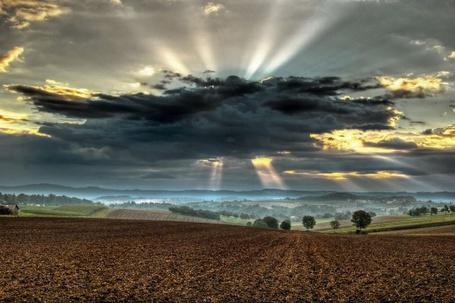 Фото Солнечные лучи проглядывают сквозь тучу (© Флориссия), добавлено: 05.12.2011 14:13