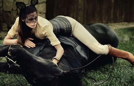 Фото Девушка лежит на поваленном вороном жеребце (© Яра), добавлено: 07.12.2011 14:35