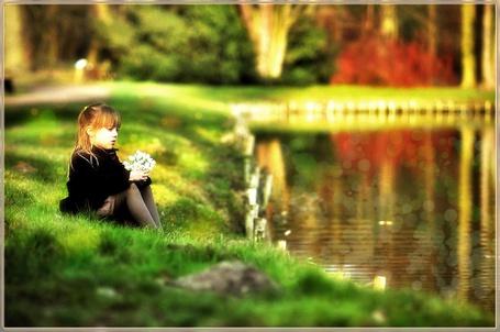Фото Девочка с цветами в руках сидит у пруда в парке (© Флориссия), добавлено: 08.12.2011 16:19