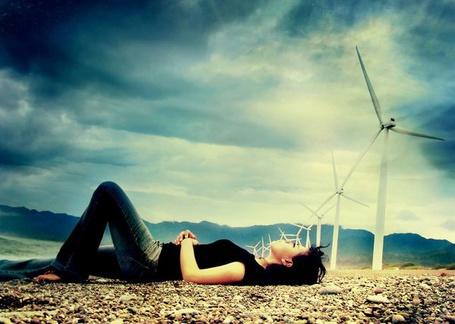 Фото Девушка лежит на земле глядя в небо