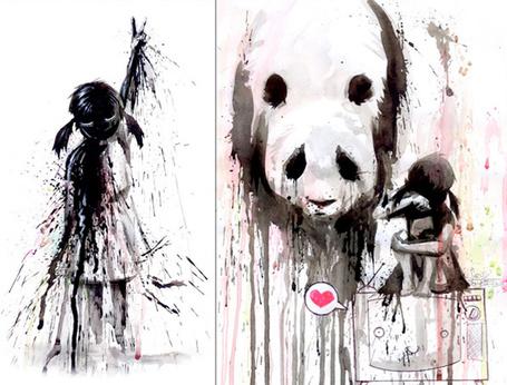 Фото Плачущая девочка с пандой, рядом другая девочка сложила пальцы в известном всем знаке
