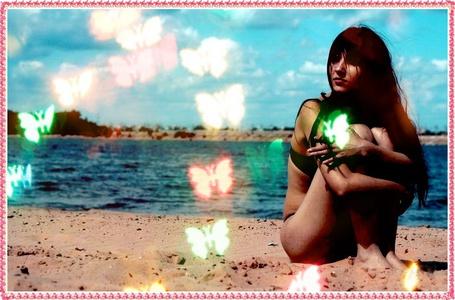 Фото Девушка в чёрном купальнике сидит на пляже (© Флориссия), добавлено: 10.12.2011 19:52