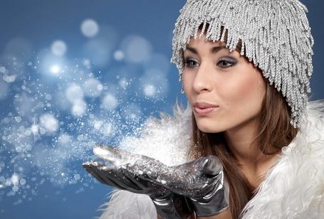 Фото Девушка сдувает с рук снежинки (© StepUp), добавлено: 12.12.2011 11:13
