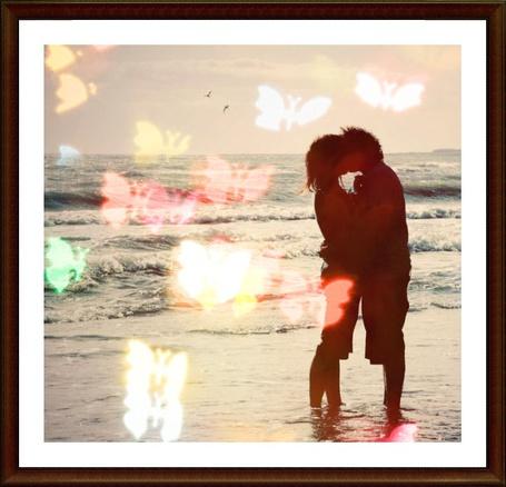 Фото Влюблённые целуются на берегу моря
