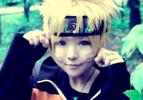 Фото Маленький мальчик косплеит Наруто.