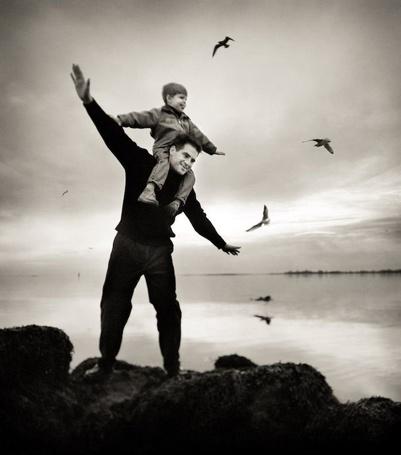 Фото Папа поднял мальчика на спину