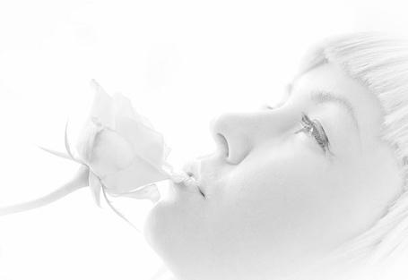 Фото Девушка нюхает розу (© ColniwKo), добавлено: 22.12.2011 23:24