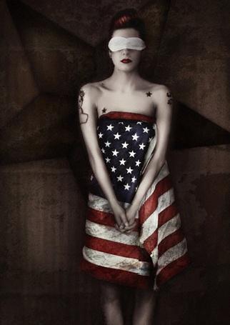 Фото Рисунок Aunia Kahn. Девушка одета в завёрнутый флаг США,а на глазах белая повязка (© lemon), добавлено: 23.12.2011 20:22