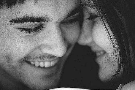 Фото Девушка улыбается парню и смотрит ему в глаза