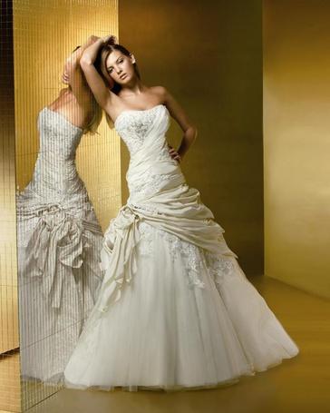 Фото Девушка стоит возле зеркала в белом платье (© DashaV), добавлено: 25.12.2011 21:57