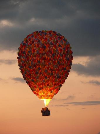 Фото Шар из шариков, под ним летит дом