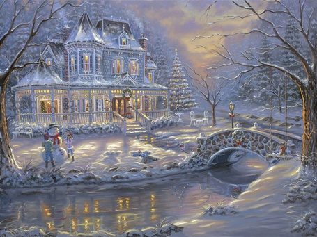 Фото Рождество добралось и до красивого большого дома, взрослые украсили стоящую рядом пушистую ель, а дети слепили снеговика и повесили рождественские венки