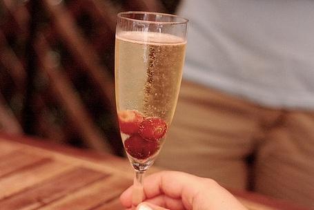 Фото Бокал шампанского с клубникой (© StepUp), добавлено: 28.12.2011 20:20